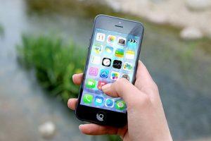 Neustálým pozorování dispeje telefonu klesá intelekt a narůstá úzkost… Odložte mobily, budete šťastnější!